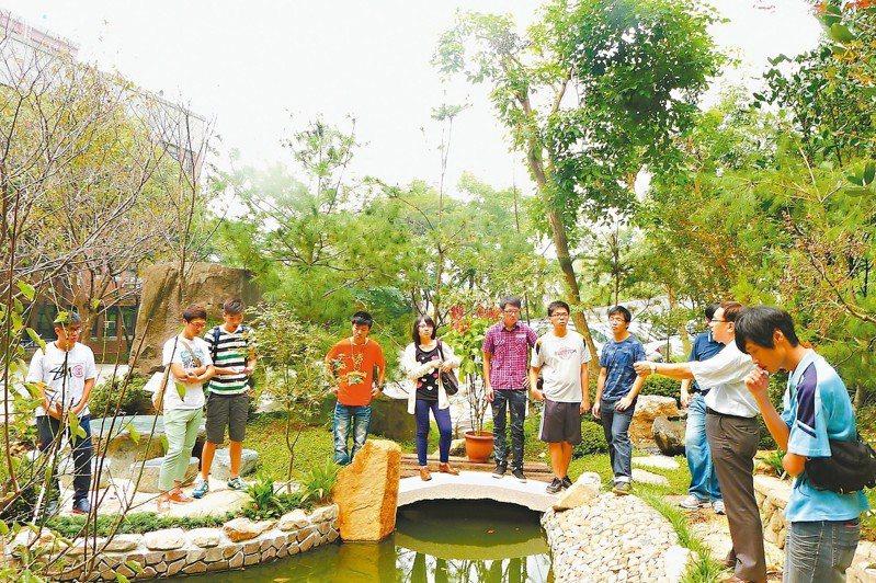 大葉大學將地下湧泉導入景觀花園,開放高中職學生到校觀摩。 圖/大葉大學提供