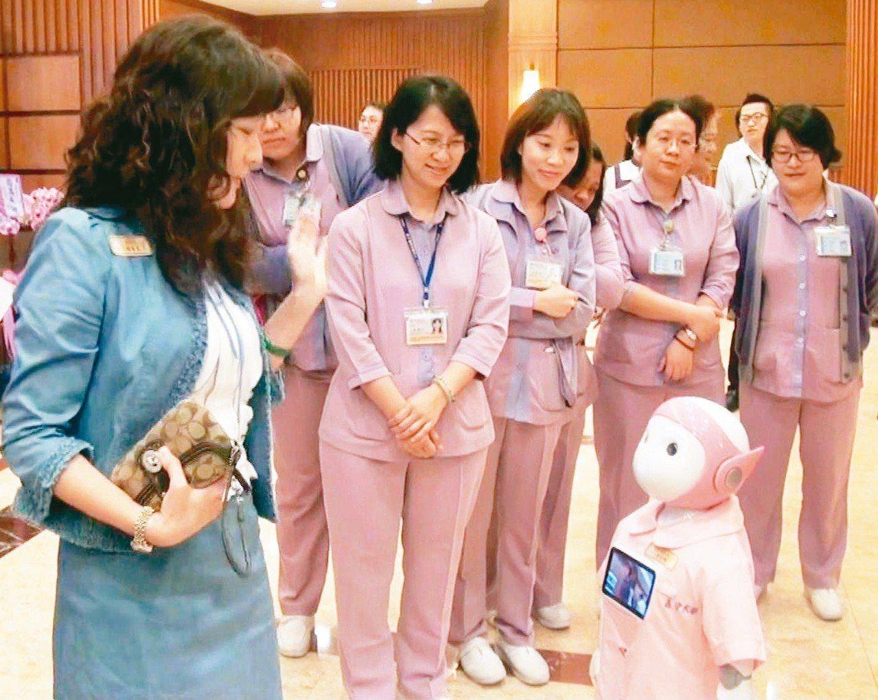 義大醫療體系與日本MJI公司合作開發的Tapia迎賓機器人,互動性絕佳。 記者王...