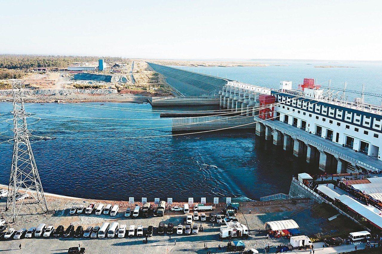 柬埔寨最大水力發電廠塞桑河下游「二號水壩」十七日啟用。 (法新社)