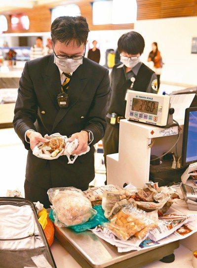 為防止非洲豬瘟入侵,防檢局加強在桃園機場旅客行李檢查。 記者鄭超文/攝影