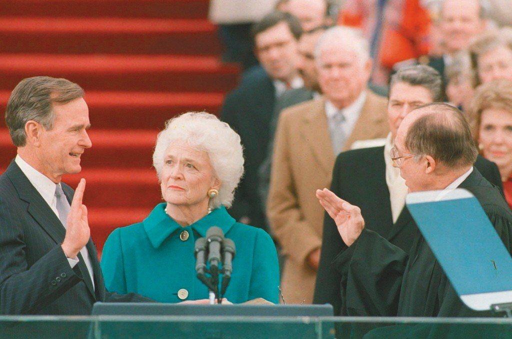 老布希總統(左)1989年宣誓就職,髮妻芭芭拉在一旁見證。(美聯社)