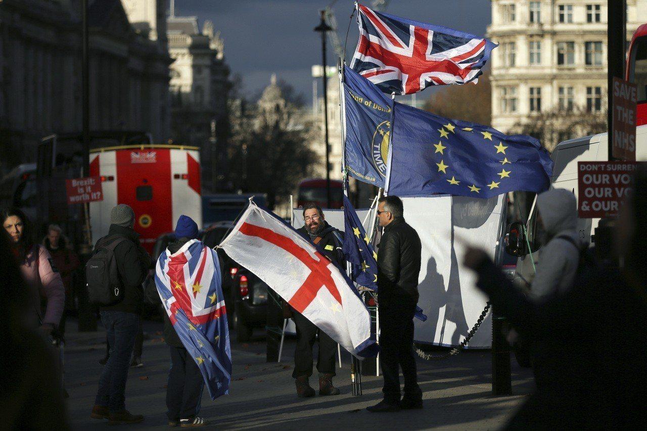 華郵指出,英國民意現在因脫歐問題變得更分裂。圖為反脫歐示威者十二日在倫敦英國國會...