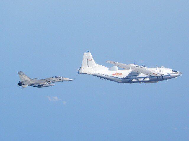 國防部公布台南聯隊IDF戰機今日升空監控共軍運八電戰機影像。圖/國防部提供