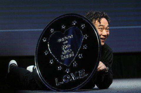 陳奕迅(Eason)為新作「L.O.V.E.」製作音樂紀錄片,「L.O.V.E. in F.R.A.M.E.S.」在各城市放映後於18日移師台北,有段是團隊在香港開唱時,吉他發生問題,碰巧已故樂手盧...