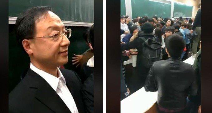 前行政院長江宜樺被人群包圍。圖/擷取自游騰傑臉書直播