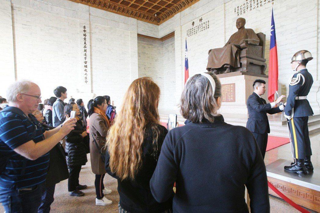 針對中正紀念堂轉型正義議題,促轉會提出5項原則建議案,包括應撤出三軍儀隊,舉辦民...
