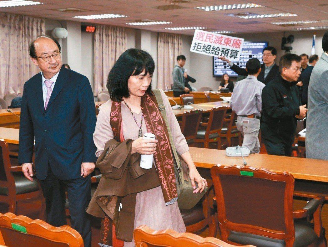 促轉會代理主委楊翠(左二)被指是非法代理,藍委推倒立院委員會會議桌,要求全面改組...
