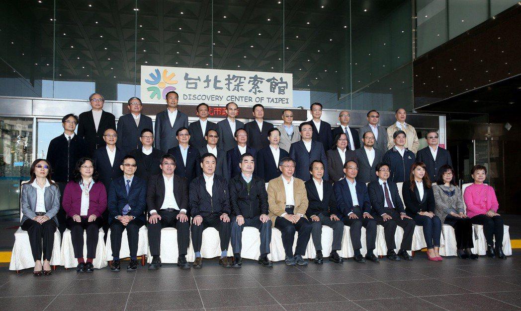 台北市政府昨天政務首長總辭,在市府門口一同拍「畢業照」。 記者余承翰/攝影