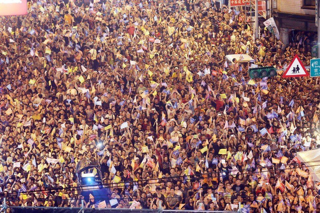 台北市長柯文哲2014年底入主北市府,當年開票夜總部擠滿支持者慶祝勝選。 圖/聯...