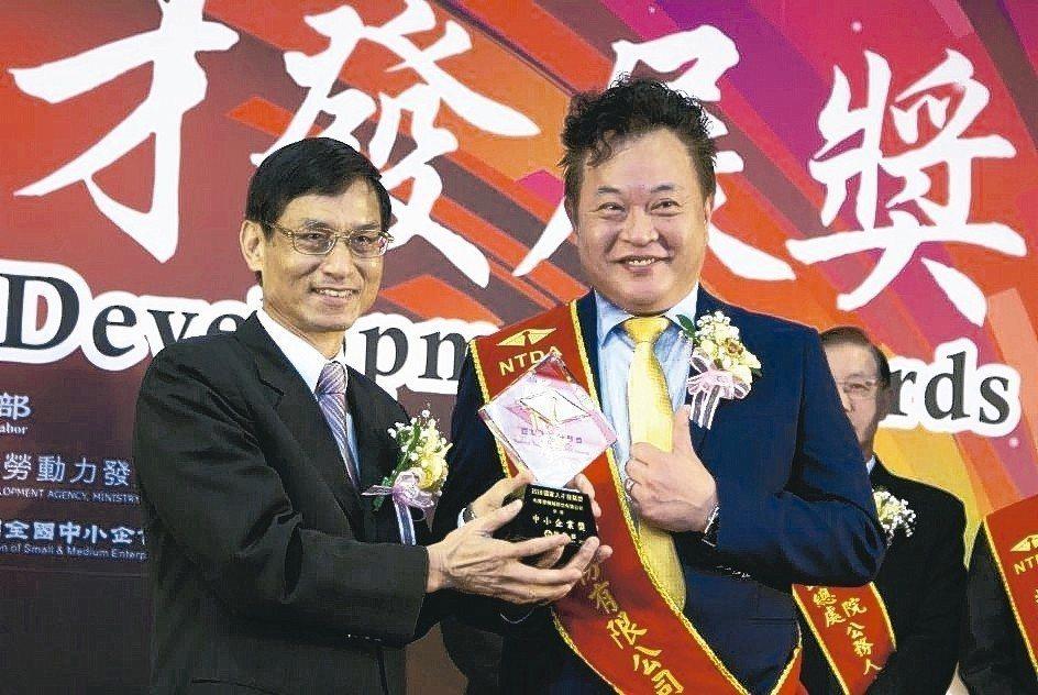 佑順發機械榮獲勞動部國家人才發展獎,由該公司董事長呂俊麟(右)代表,接受行政院政...