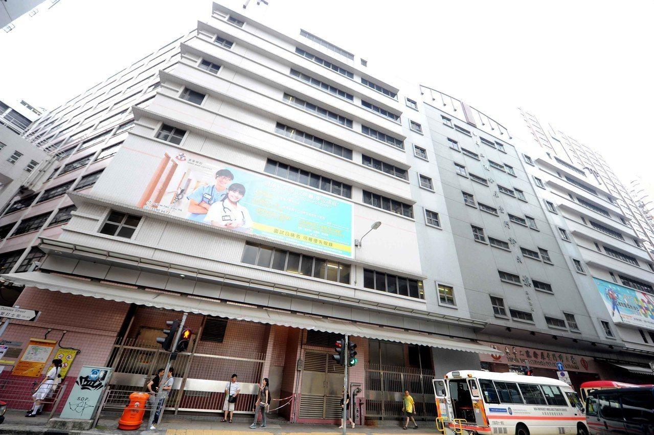 廣華醫院重建釀百年古蹟下沉,被命停工3月。 世界日報