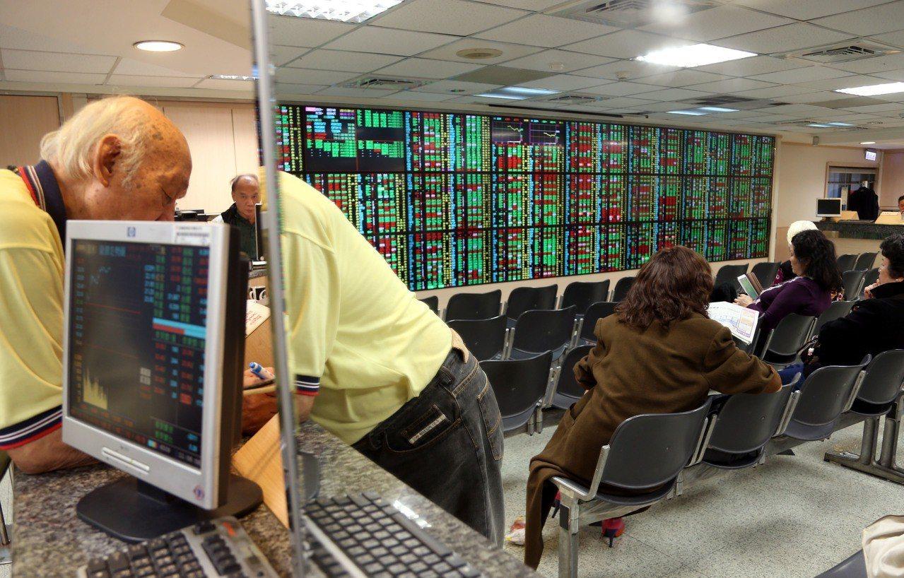券商因台股10月大跌而損失慘重,所幸台股11月回穩,券商也重回獲利軌道。聯合報系...