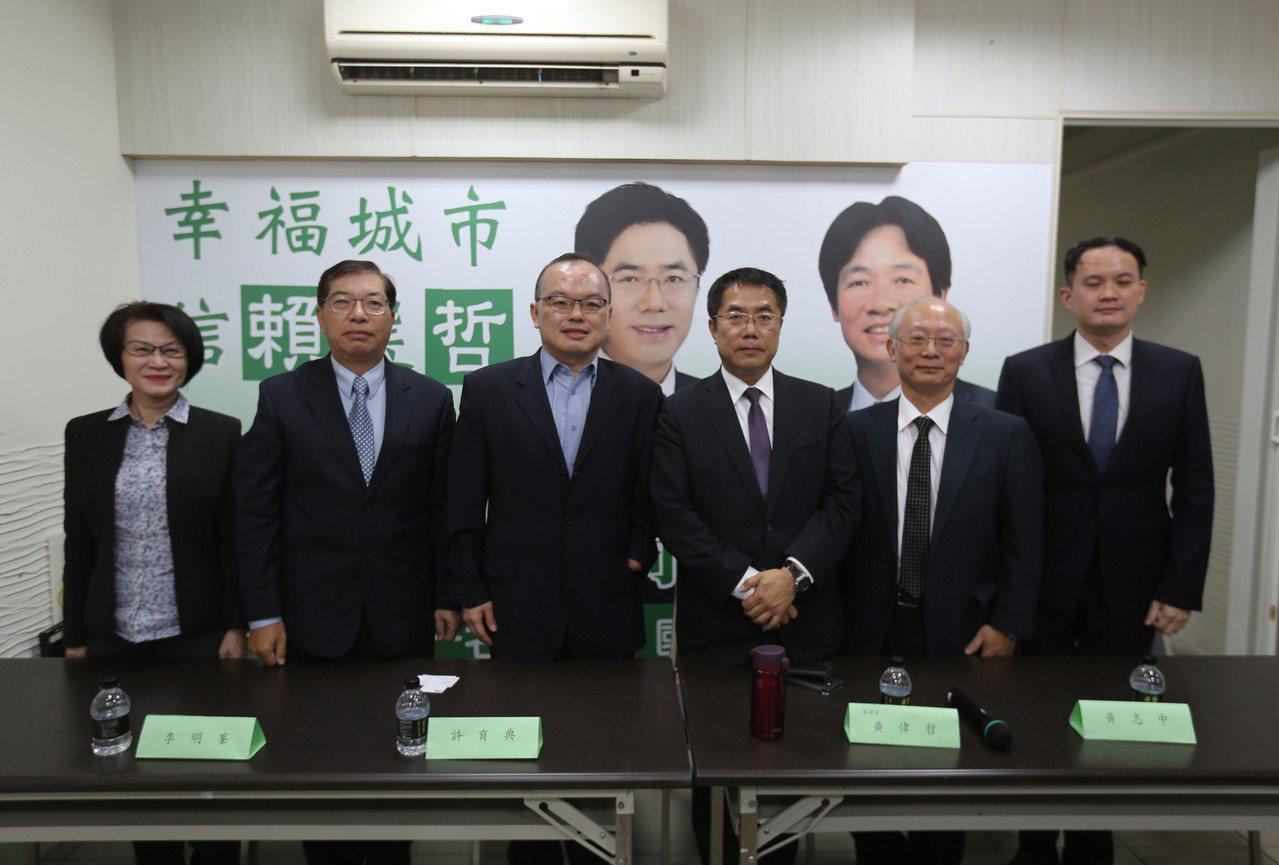 台南市長當選人黃偉哲(右3)18日公布第3波小內閣人事,宣布新任副市長將由成大法...