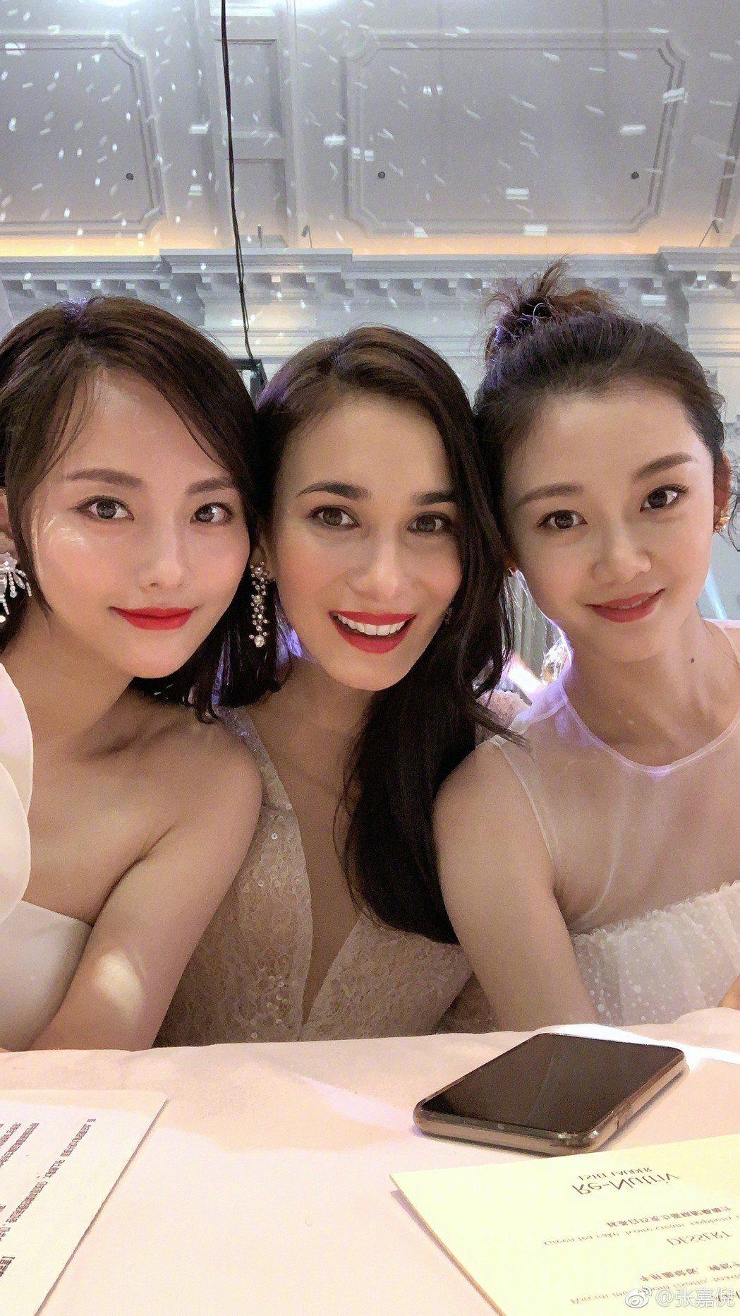 張嘉倪(左一)與好姊妹們合照。圖/擷自weibo。