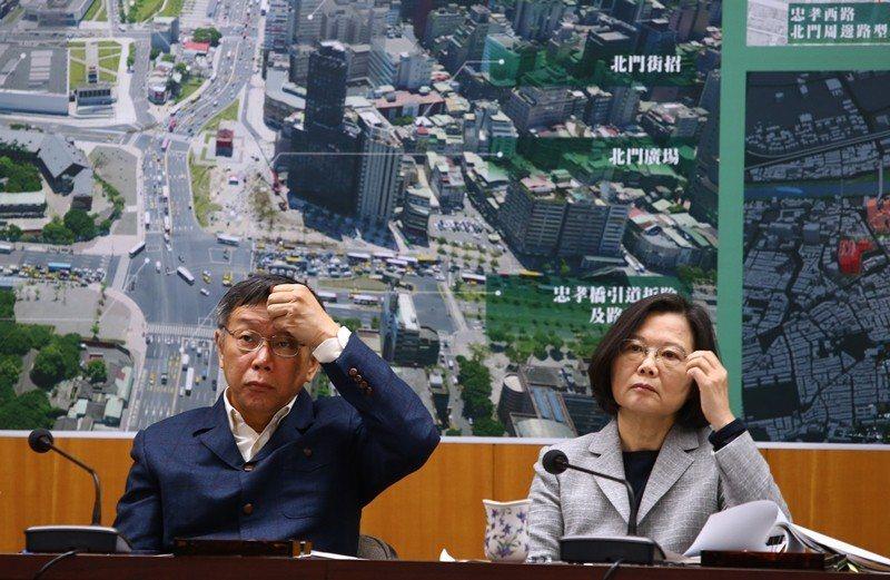 12月13日的「蔡柯會」,左為台北市長柯文哲,右為蔡英文總統。 圖/聯合報系資料照