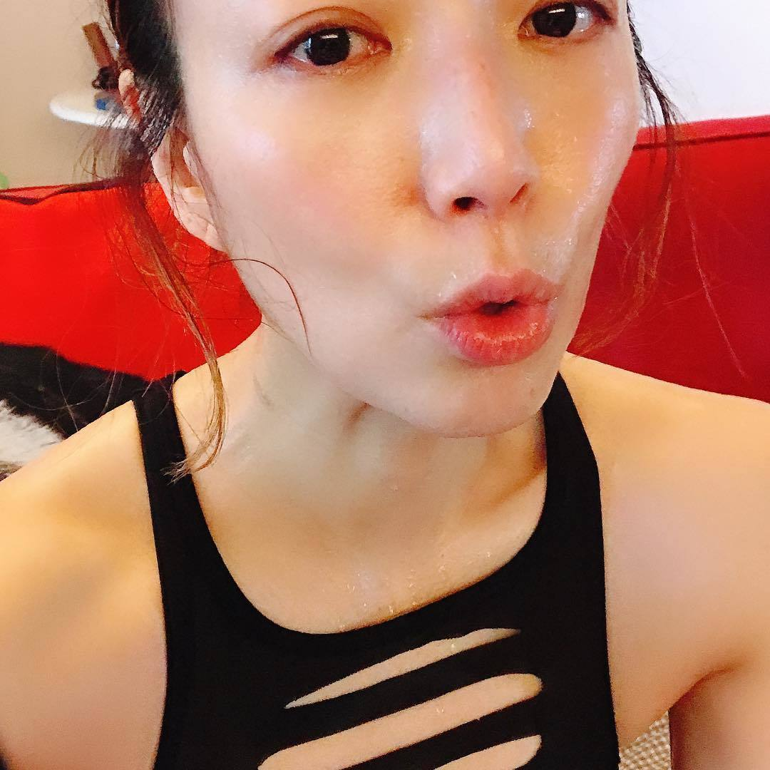46岁郑秀文当「运动狂人」养出平坦小腹激励妳动
