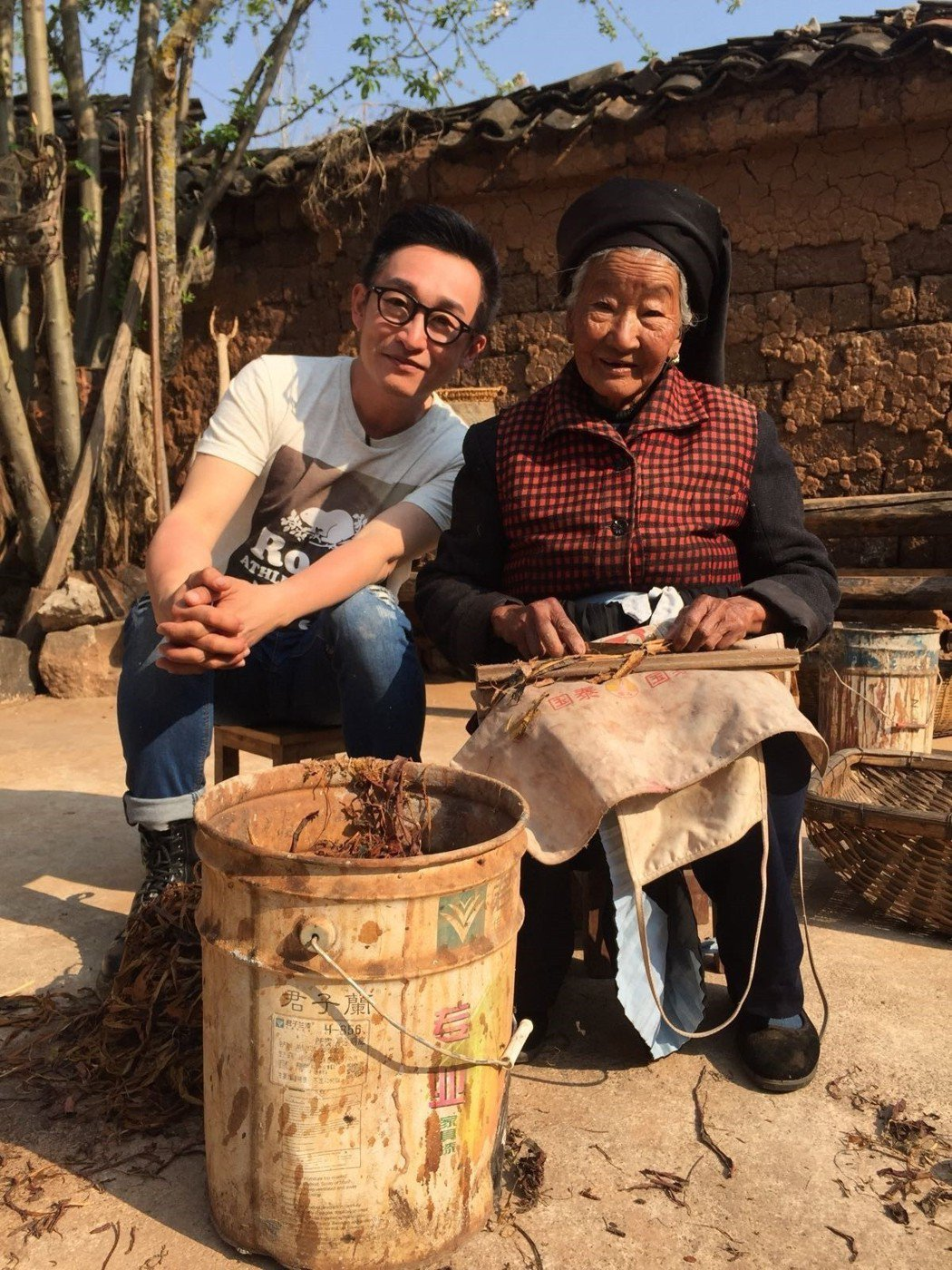 徐哲緯(左)想把歌曲送給在天上的奶奶。圖/秩立娛樂工作室提供