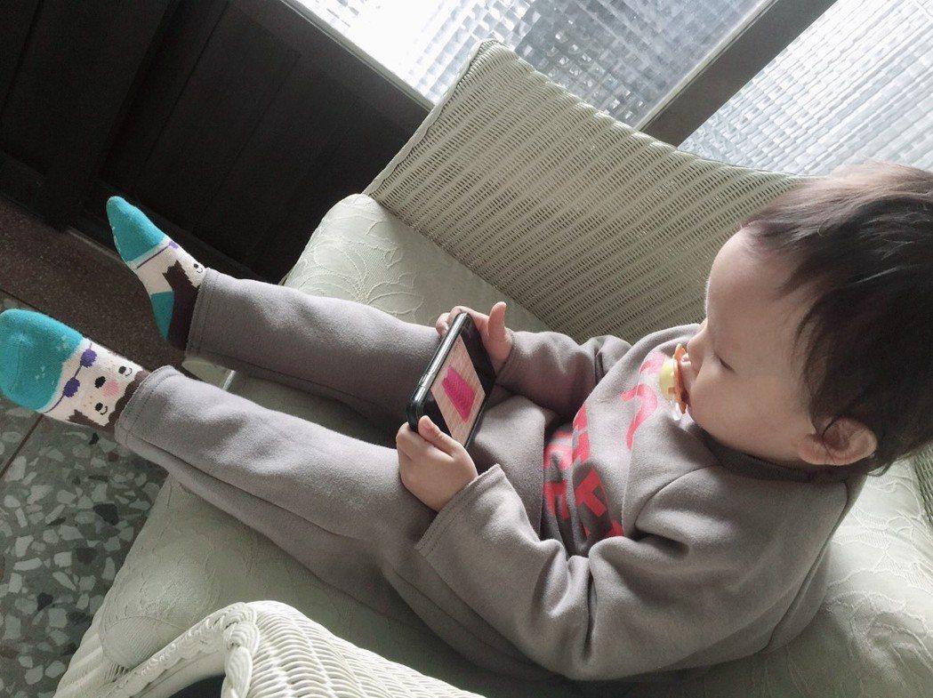 不少家長照顧孩子會使用3C產品防止吵鬧,卻忽略靠「3C保姆」可能潛藏的數位傷害。...
