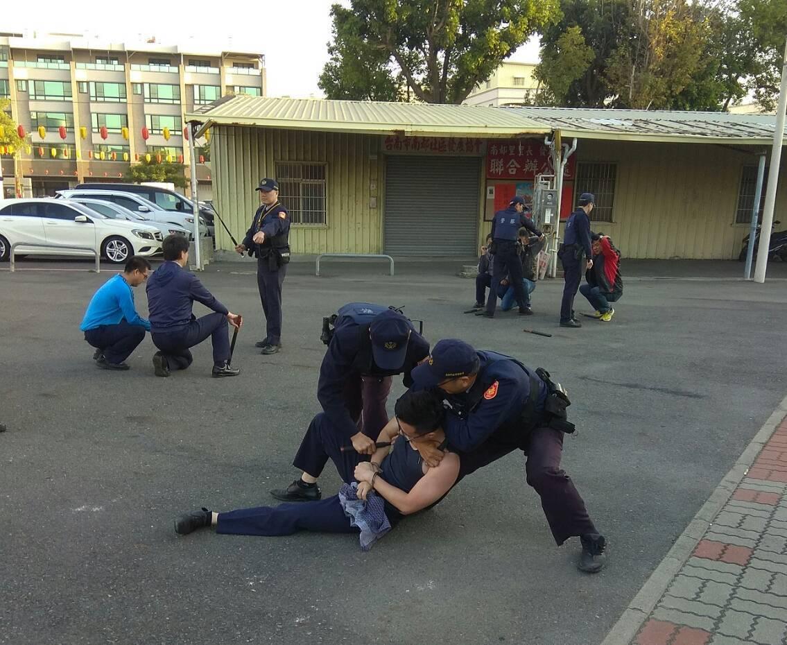 警方模擬啟動快打機制,在南區南都里活動中心廣場演練,過程相當逼真。圖/台南市警六...
