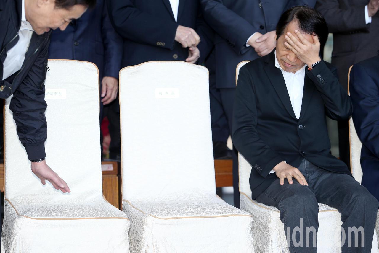 台北市副市長陳景峻(左)與林欽榮上午出席台北市政府內閣總辭典禮,兩人確定離職不會...