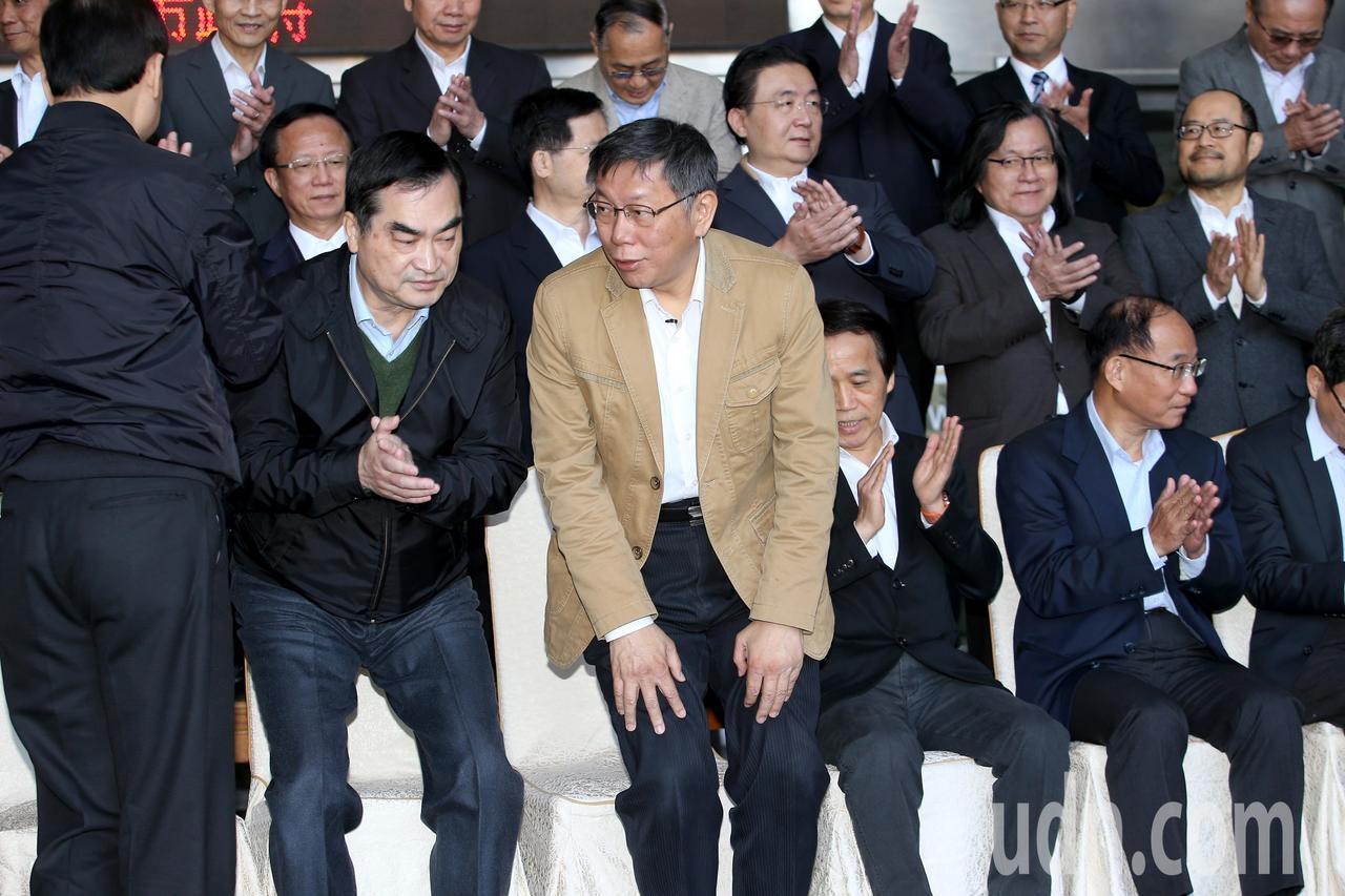 台北市長柯文哲(中)上午出席台北市政府內閣總辭典禮,與內閣團隊合拍「畢業照」後隨...