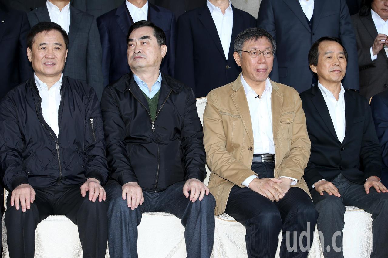 台北市長柯文哲(右二)上午出席台北市政府內閣總辭典禮,與內閣團隊合拍「畢業照」時...