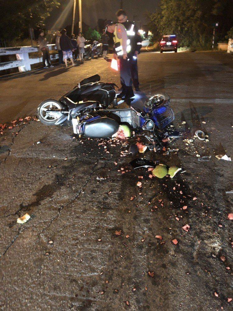 西瓜紅色果肉碎裂滿地,乍看讓人誤以為是「屍塊」。記者徐白櫻/翻攝