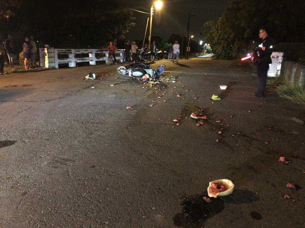 高市阿蓮區玉庫二號橋發生兩部機車碰撞事故,散落西瓜引發一場虛驚。記者徐白櫻/翻攝