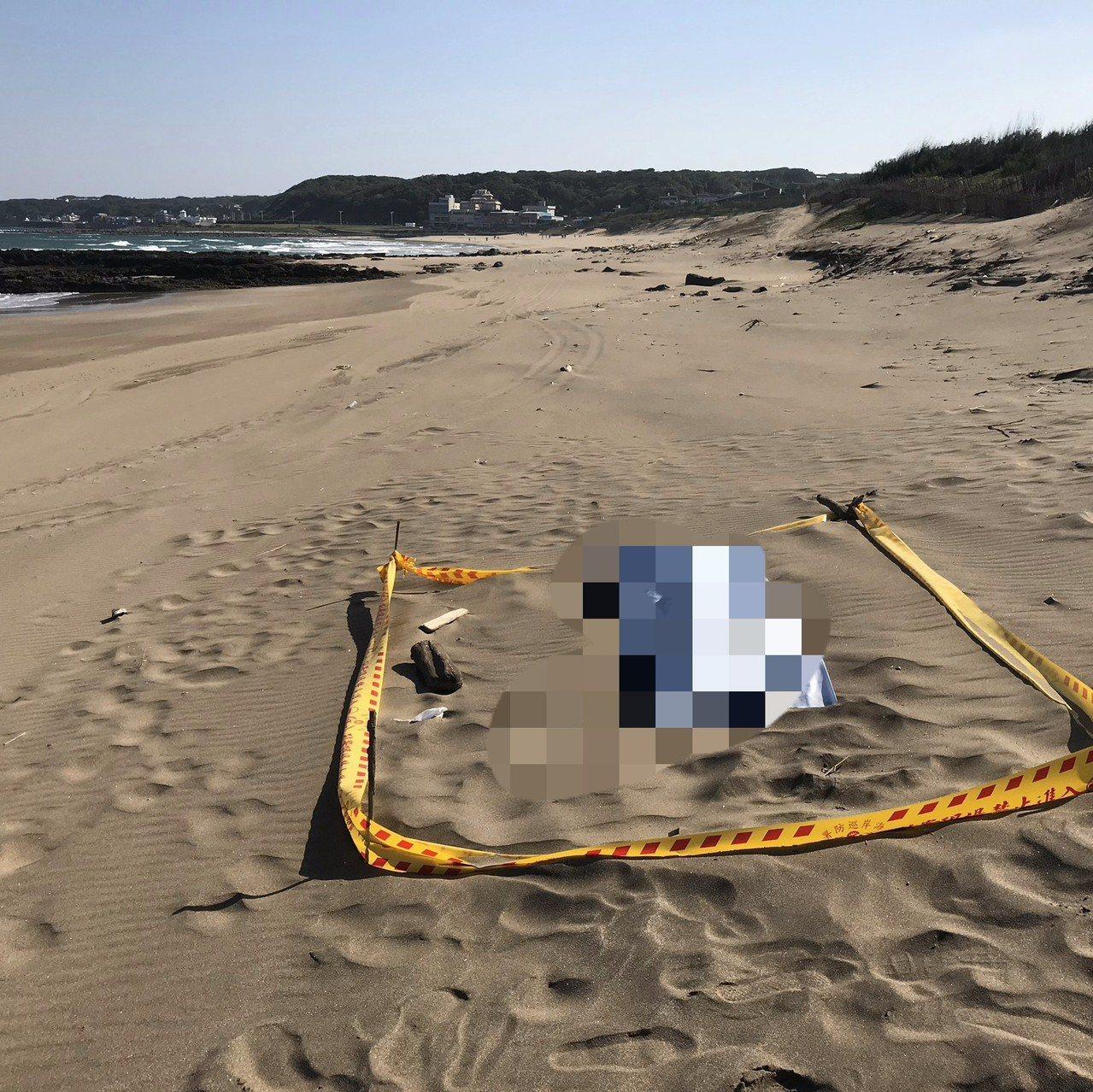 麟山鼻風景區步道盡頭沙灘處發現—女屍。記者游明煌/翻攝