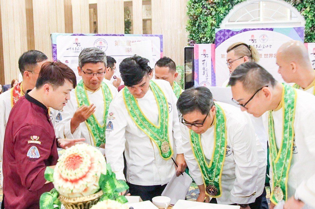 花蓮子弟葉志龍(前左1)參加馬拉西亞「第3屆世界名廚錦標賽」奪得金牌,於泰國、新...