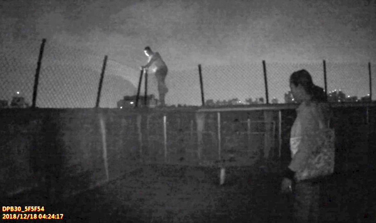 林姓男子(左)爬上大樓頂樓女兒牆,警方找他女友前來勸解。記者林保光/翻攝
