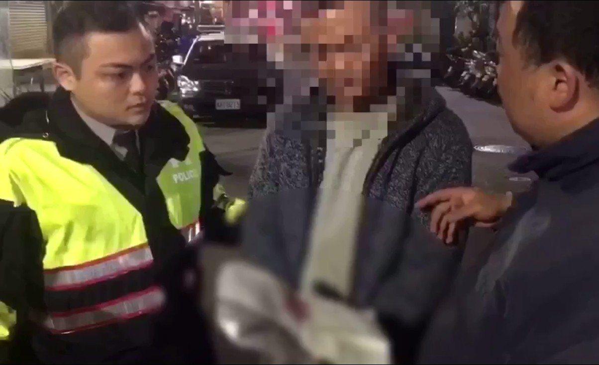 警方巡邏查獲李姓詐騙車手。記者林昭彰/翻攝