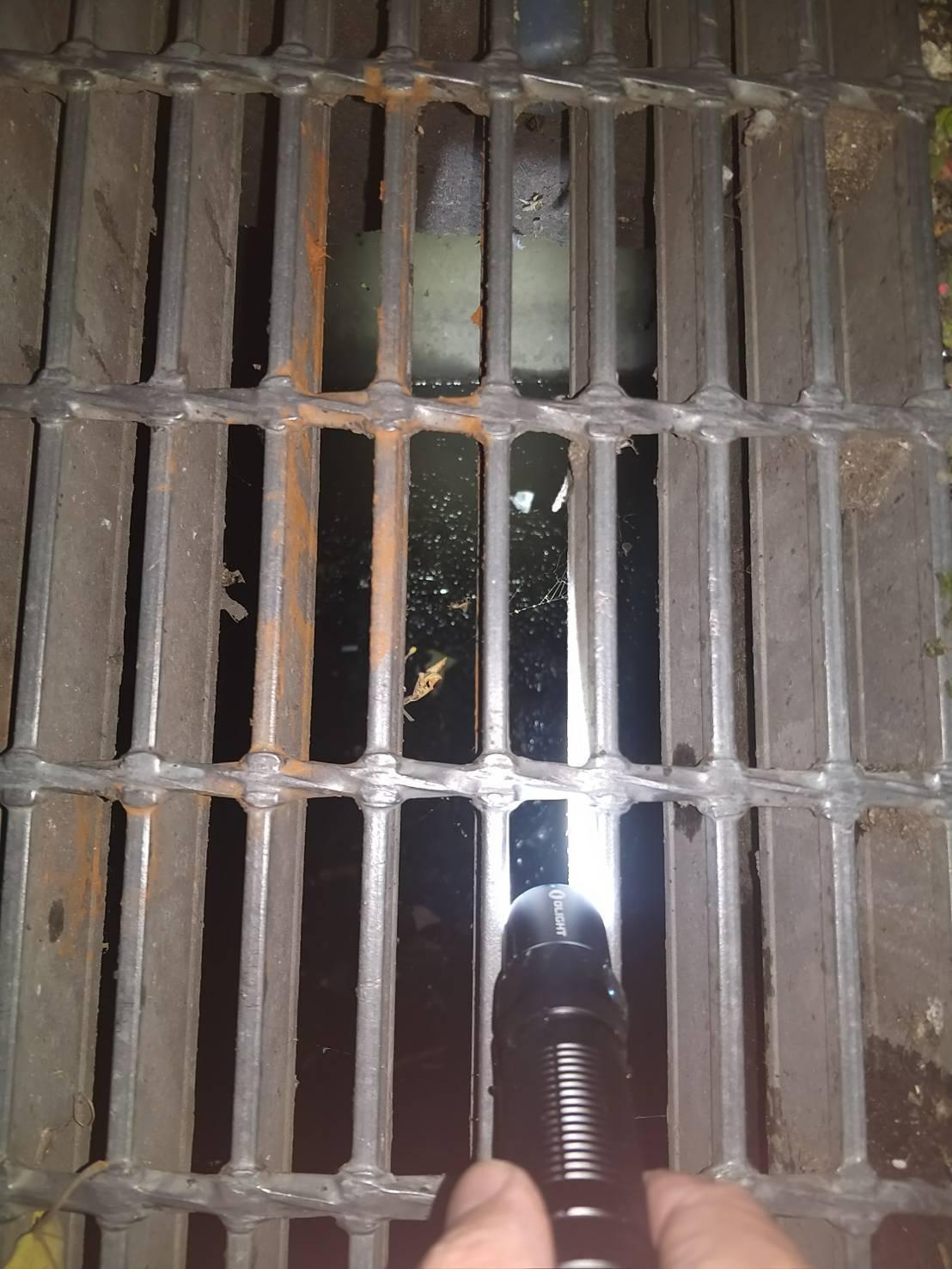 游嫌將部分毒品踢進水溝之中,員警還特地撬開水溝蓋將毒品撈出。記者巫鴻瑋/翻攝