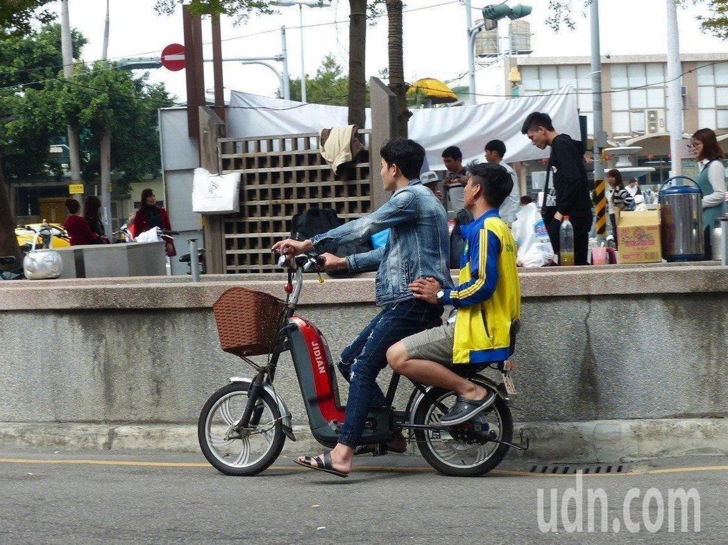 10月1日上路後,騎乘電動自行車一律須戴安全帽,違反規定罰300元;擅自變更改裝...