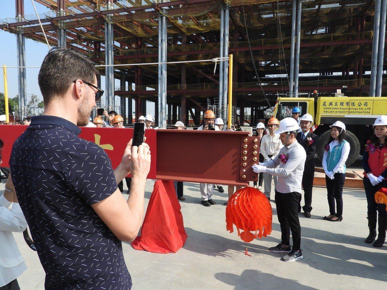 參與規劃的荷蘭業者紀錄體驗台灣的上梁儀式。記者周宗禎/攝影