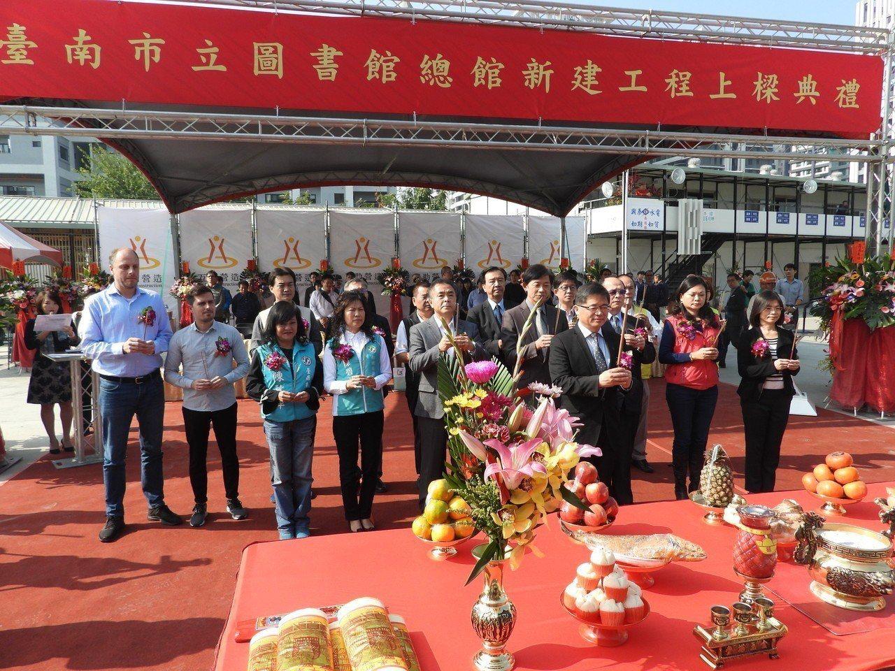 參與規劃的荷蘭業者紀錄體驗台灣的上梁儀式,主動要求持香跟著祝禱。記者周宗禎/攝影