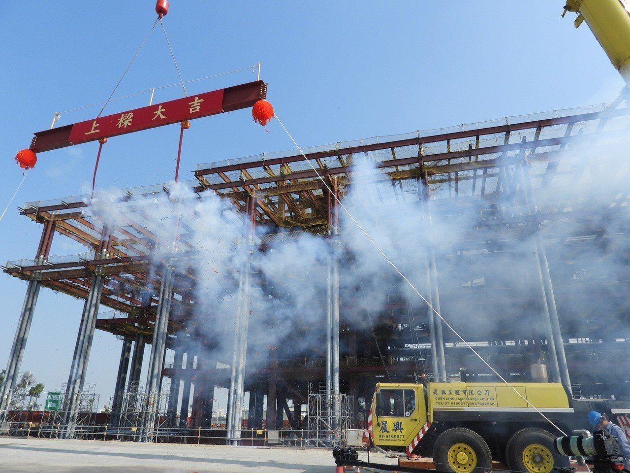 台南市立圖書館總館新建工程今天上梁。記者周宗禎/攝影