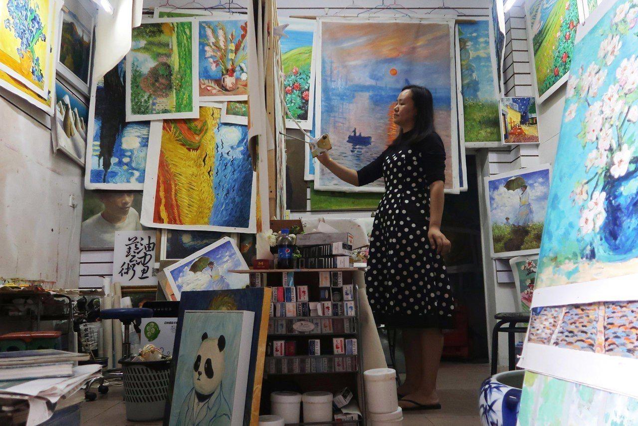 以複製西方油畫聞名的深圳大芬村近年來積極轉型,希望能夠成為以創作為主的東方畫家村...