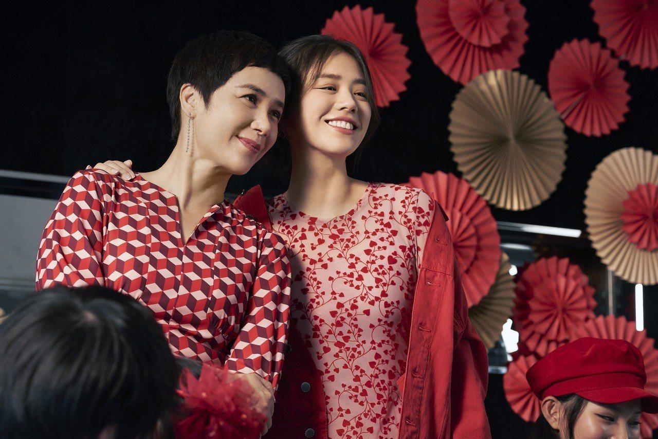 金馬影后(右)與阿姨蔣雯麗一同代言H&M新春系列。圖/H&M提供
