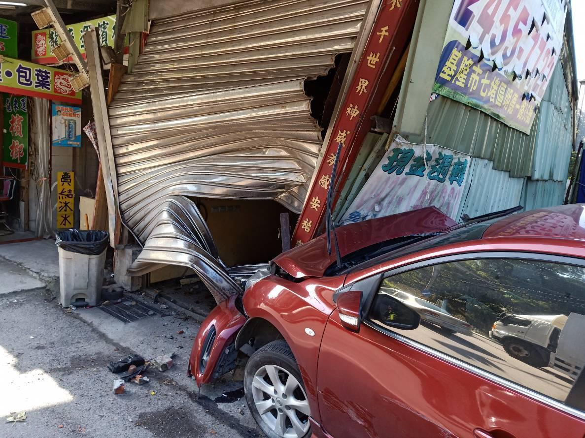 江姓男子疑似疲勞駕駛,開車與機車騎士擦撞後肇事逃逸,又連續撞上兩車,現場慘不忍睹...