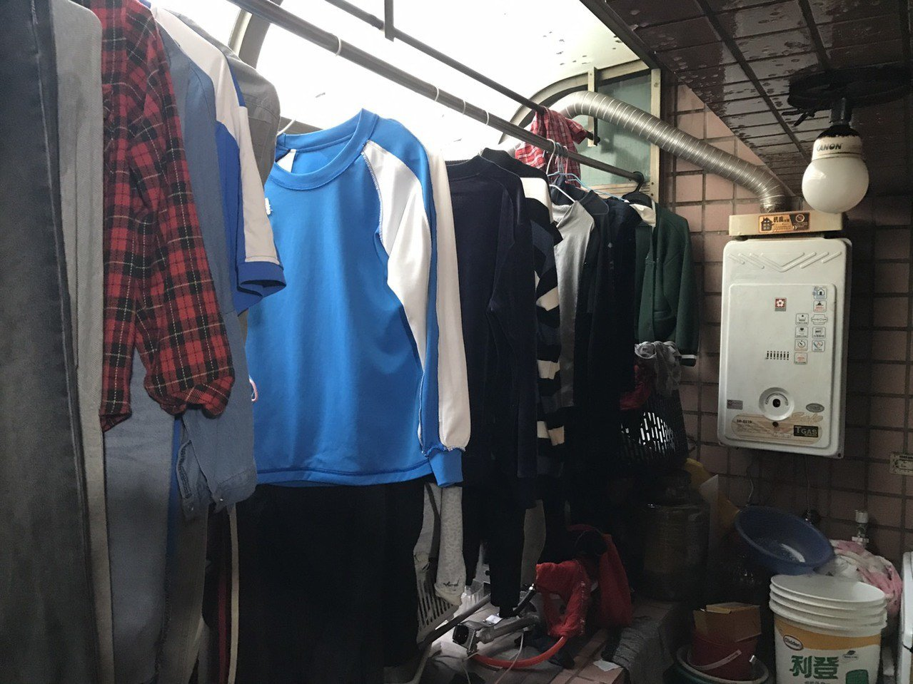 熱水器安裝在陽台上,晾有太多衣物會造成對流不佳,恐釀一氧化碳中毒意外。圖/新竹市...