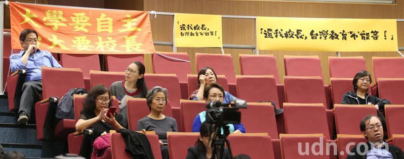台大校長當選人管中閔(左)日前現身「還我校長-台灣教育不能等」記者會。本報資料照/記者侯永全攝影