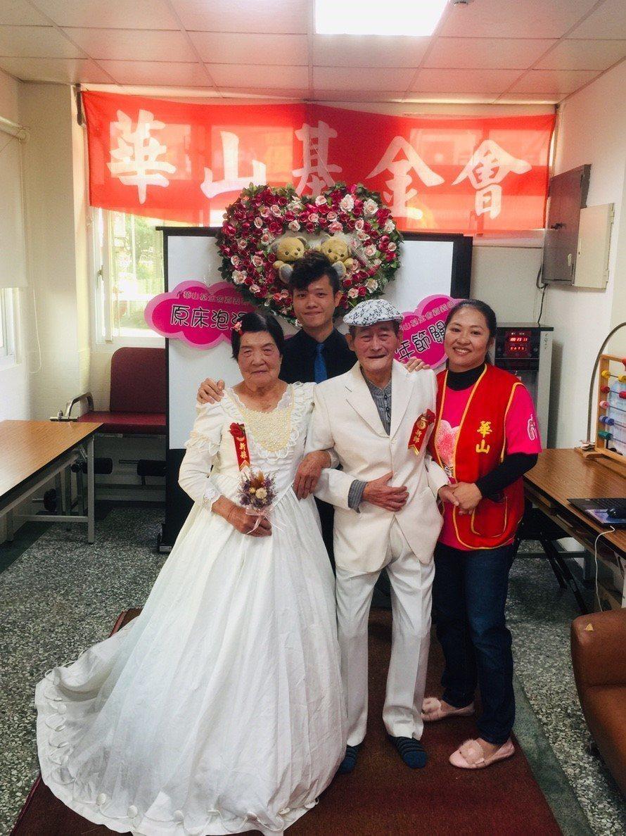 年過八旬的郭氏夫妻(左一、左二)今天穿起婚紗,兩人都感動流淚。記者謝恩得/翻攝