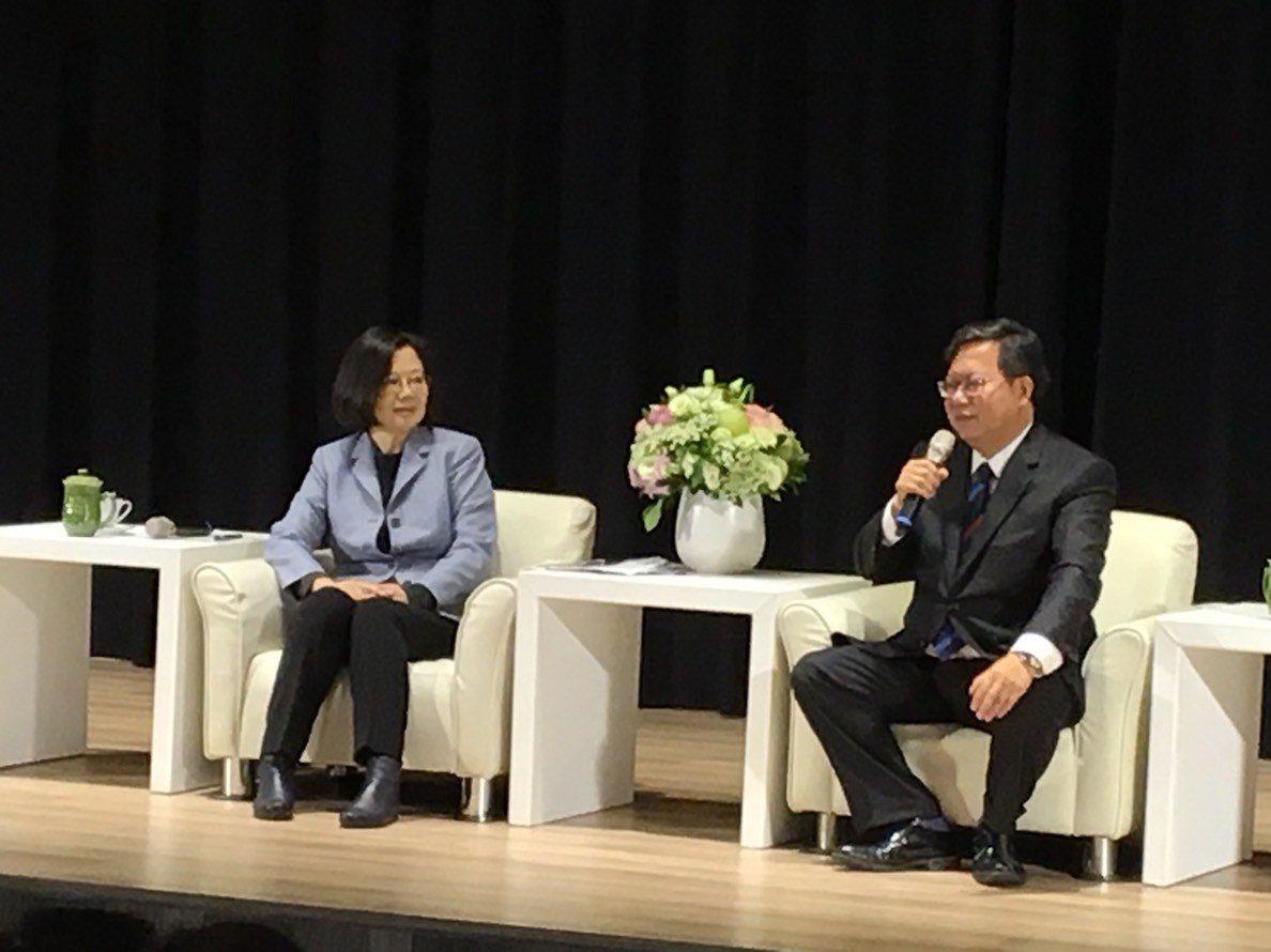 總統蔡英文(左)今天到桃園與市長鄭文燦進行市政座談。記者張裕珍/攝影
