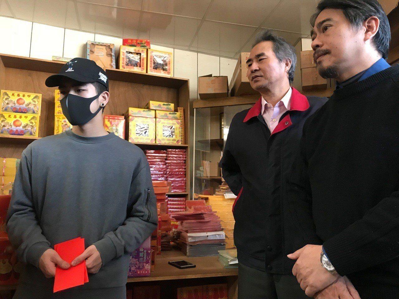 東南科技大學校長李清吟帶著系主任蘇世豐(中)、班導師石瑞祥(右)前往林母經營的金...