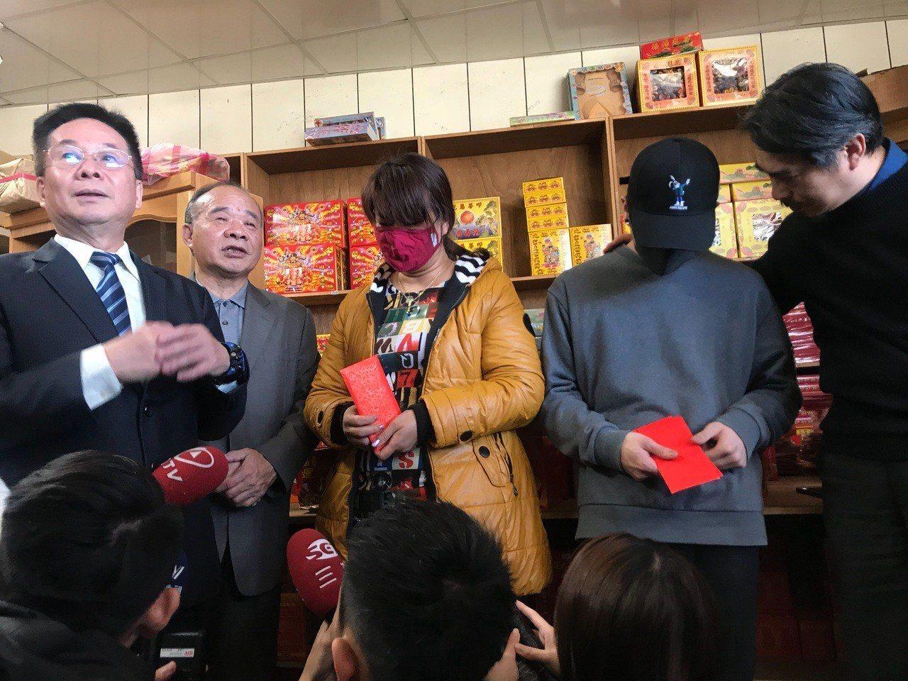 東南科技大學校長李清吟(左)帶著系主任蘇世豐、班導師石瑞祥(右)前往林母經營的金...