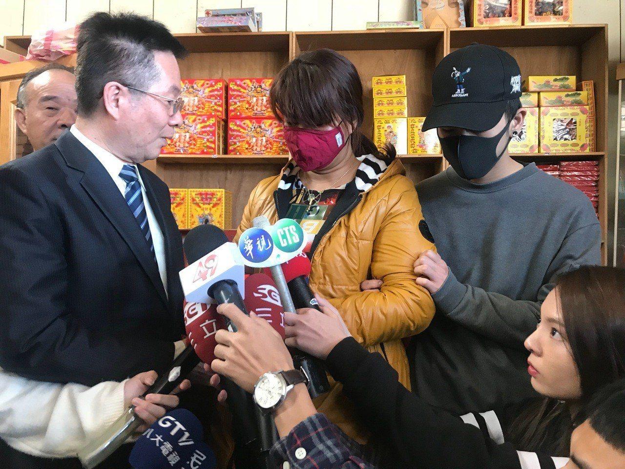 東南科技大學校長李清吟(左)帶著系主任蘇世豐、班導師石瑞祥前往林母經營的金紙店,...