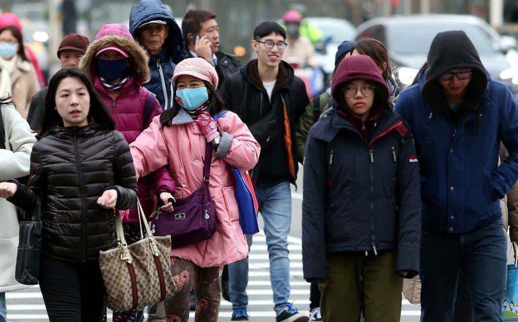 入冬首波冷氣團來襲,預估再兩周將進入流感流行高峰期,農曆年前達流行最高峰。圖/本...