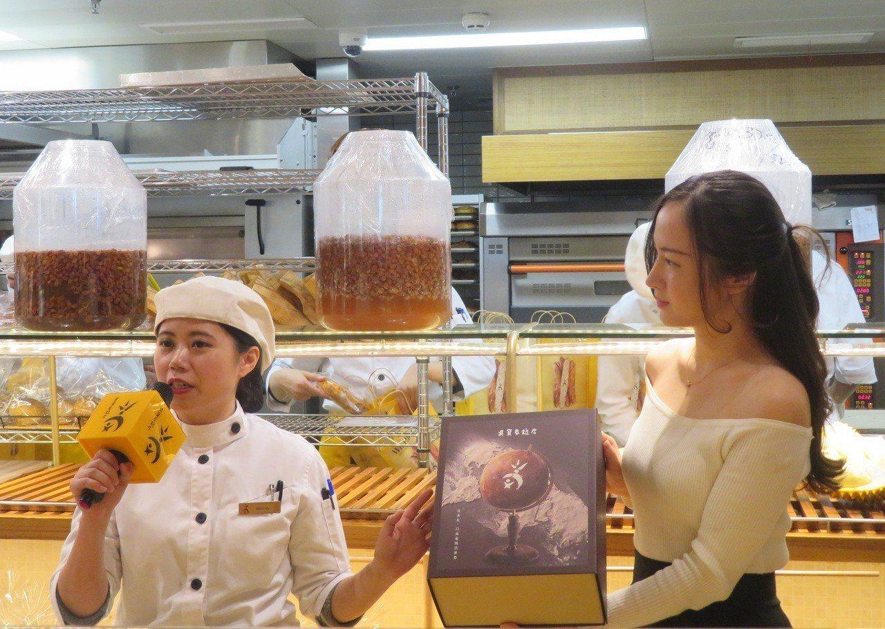 上海「吳寶春麥坊」特別推出禮盒版的「荔枝玫瑰麵包」,讓麵包也能成餽贈的禮品。特派...