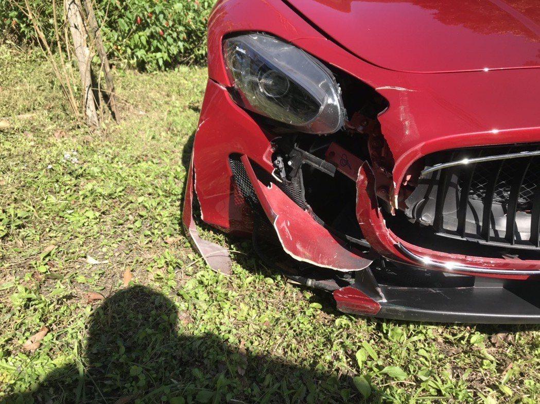 新北市北宜公路今天上午10時許發生1起自撞車禍,警方到場發現竟是全台限量的紅色海...